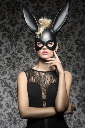Sexy, tmavý, masopust, žena v černém králičí masku a černých šatech s pěkným účes a tmy make-up.