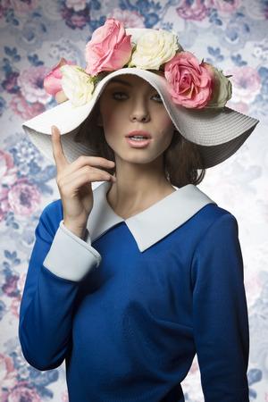 jeune vieux: portrait beaut� de printemps jeune femme de style ancien posant avec son chapeau blanc avec des roses rose