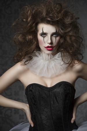 payaso: la mujer del bailarín de la vendimia con tutú gótico, payaso maquillaje y peinado loco. Mascarada de la manera creativa Foto de archivo