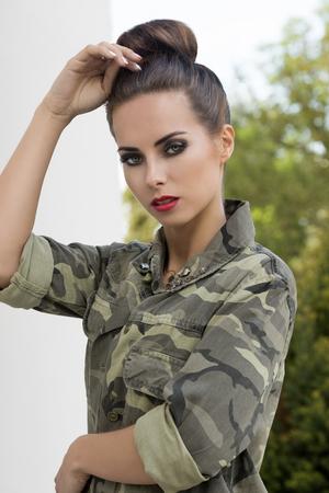 Sinnliche Frau Posiert Im Freien Mode Portrat Mit Kreativen Frisur