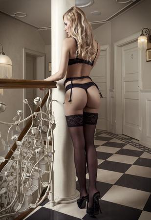 girls naked: красивая эротика блондинка, показывая ее задницу в черном белье в сексуальной позе в роскошном отеле