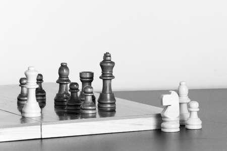 tablero de ajedrez: El ajedrez fotografiado sobre un tablero de ajedrez