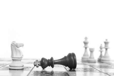 Ajedrez fotografiado en un tablero de ajedrez Foto de archivo