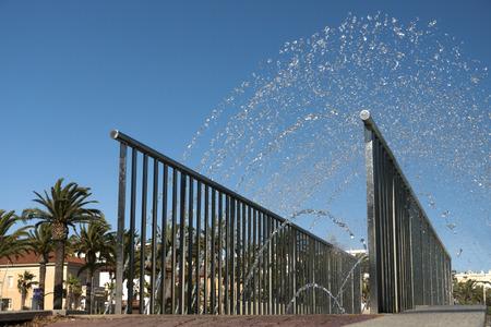 source d eau: Pont sur la source d'eau dans une ville