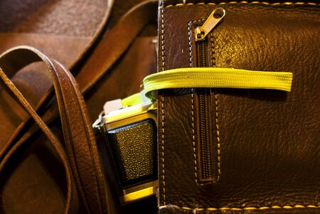 leren tas: Lederen tas met een fotocamera Stockfoto