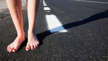 Barfuß Mädchen auf der Straße Lizenzfreie Bilder - 8199630