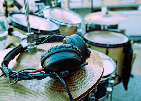 drums: Imagen de Close-up de tambor y auriculares  Foto de archivo