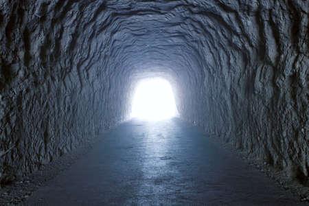 tunel: Dentro de un t�nel dentro de una monta�a con luz al final