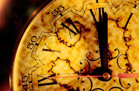 numeros romanos: Concepto de tiempo con reloj antiguo de grunge Foto de archivo