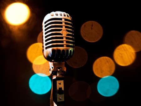 fari da palco: Sottofondo musicale con microfono e fase luci Archivio Fotografico