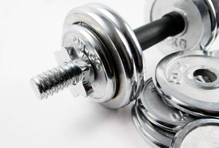 pesas: Fondo de gimnasia con pesos o pesas aislados en blanco