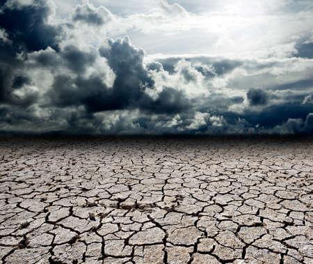 sequias: Paisaje con nubes de tormenta y secar el suelo