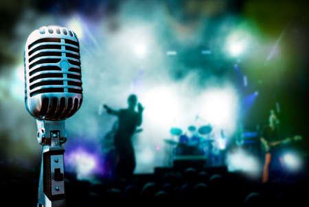 foule mains: Microphone de concert et vintage illustration