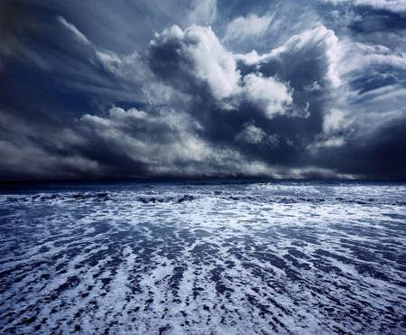 Achtergrond oceaan storm met golven en wolken