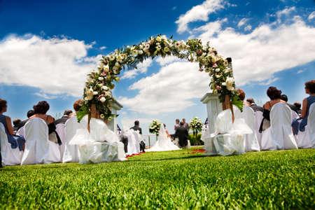 Idyllische Hochzeit im Garten und blauer Himmel