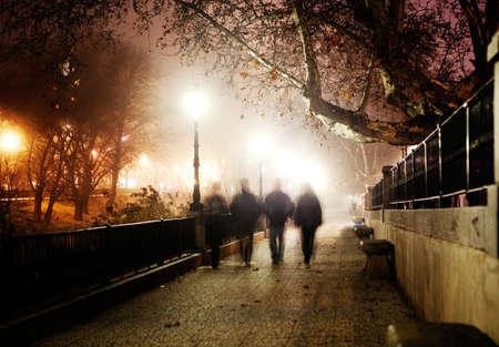 夜の都市のイメージと歩く人