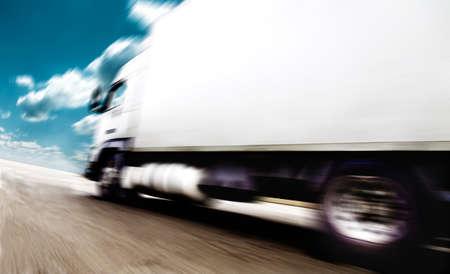 Velocidad en carretera. Camiones que transportan mercancías Foto de archivo - 26870462