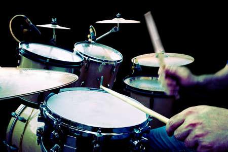 tambor: baterista tocando isolado sobre o preto