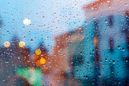 濡れている窓を通して都市の嵐。ホーム関連