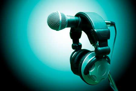 micrófono y auriculares. Concepto de audio y grabación en estudio Foto de archivo