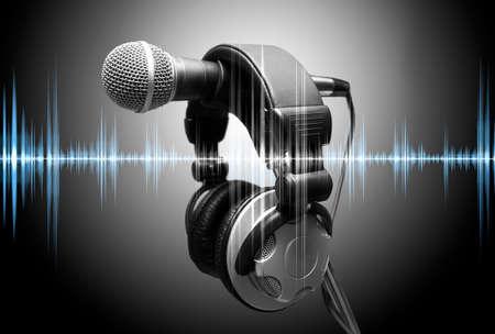 sonido: micrófono y auriculares. Concepto de audio y grabación en estudio Foto de archivo
