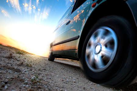 Coches y la velocidad. Sunset paisaje y al aire libre coche rápido Foto de archivo - 40227428
