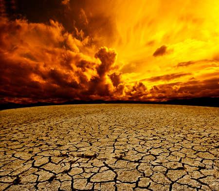 Deserto e cielo nuvoloso paesaggio. Terreno asciutto e la tempesta paesaggio Archivio Fotografico - 40500420