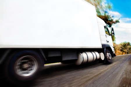 nákladní auto vezoucí merchandise.Close up image kola a ráfku