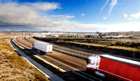 국제 운송. 상품 및 고속도로를 운반하는 트럭들.