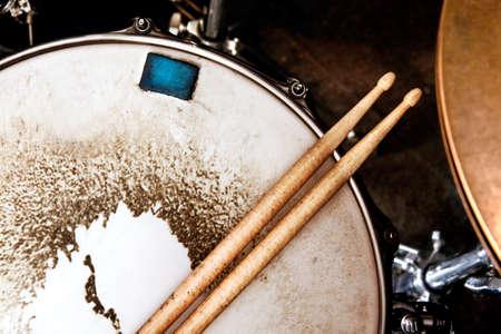 instrumentos musicales: Fondo de la música. Tambor de cerca palos image.Snare y tambor