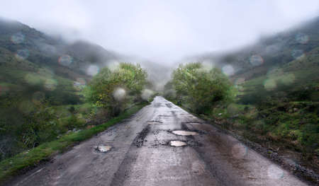 Rainy day and mountain road. Standard-Bild
