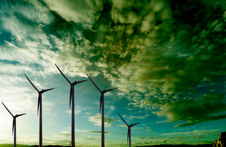 electricidad industrial: energías renovables. Granja eólica. Turbinas De Viento Foto de archivo