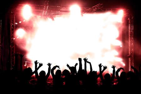 Fondo de la música en directo. Siluetas de público y concierto Foto de archivo - 41012368