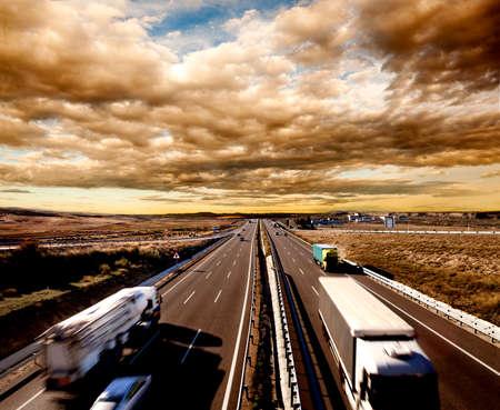 국제 운송, 트럭과 자동차가 고속도로에서 운전. 물류 및 창고 스톡 콘텐츠
