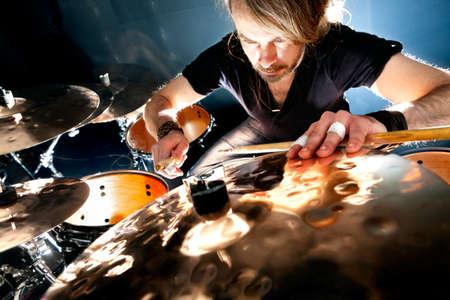 Człowiek gra na drum.Live podkładem muzycznym concept.Drummer i rocka