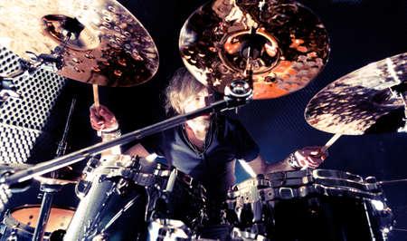 Hombre que toca la drum.Live concept.Drummer música de fondo y la música rock Foto de archivo