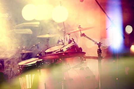 Live muziek achtergrond. Drum op het podium. Concerto en nachtleven