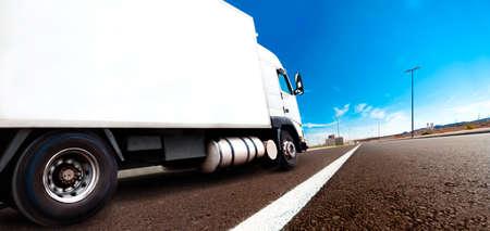 Camiones y el transporte. Camión entrega de la carga por carretera o autopista