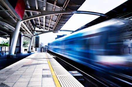 Concept de voyage, Thaïlande, Bangkok, trottoir de la gare de Skytrain. Voiture de chemin de fer