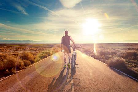 szenische Bike und Abenteuer lifestyle.Bicycle Fahrer und Straße