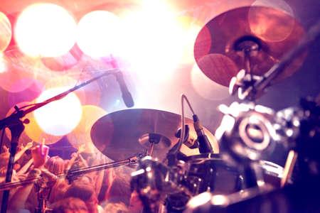 ライブ音楽の背景。ステージ上のコンサートとバンド。ドラムとショーのパフォーマンス。音楽的背景。 写真素材