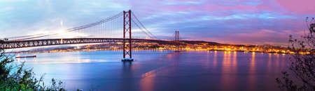 Panoramiczne zdjęcie mostu 25 de Abril w Lizbonie nad rzeką Tajo. Krajobraz Lizbony o zachodzie słońca