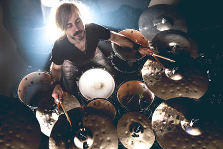 Musique live et groupe de rock sur scène. Musique de fond. Jouer le concept de concert de tambour et de musique.