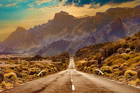 Route à travers le paysage pittoresque jusqu'à la destination dans le parc naturel de Tenerife. Banque d'images