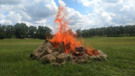 Pila de balas de heno ardiendo Foto de archivo - 82360911