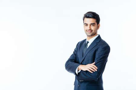 Portret przekonany, uśmiechnięty biznesmen z rękami skrzyżowanymi