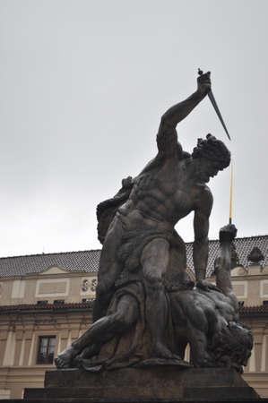 titan: Titan que custodia la entrada de el castillo de Praga