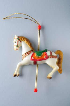 motivos navideños: Horse.Ornament Carrusel del árbol de Navidad. Foto de archivo