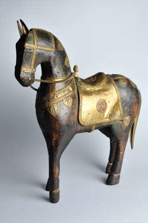 tallado en madera: Caballo tallada con decoración oriental.