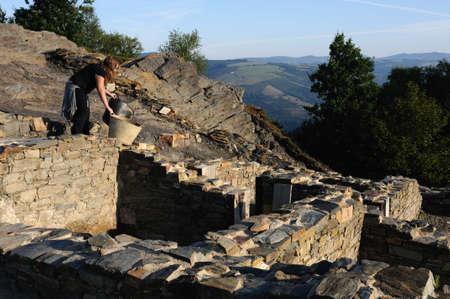 """Archeoloog werking van het """"Domus"""" (1 ste AD) Archeologische site """"Chao Samartin"""" Asturias SPANJE"""
